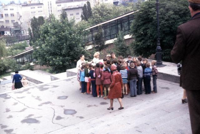 Группа детей на Потемкинской лестнице. СССР, Одесса, 1977 год.