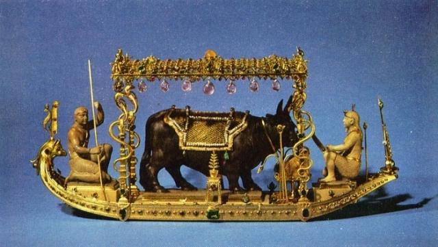 Барка на Ниле со священным быком Аписом. Часть алтаря Аписа.