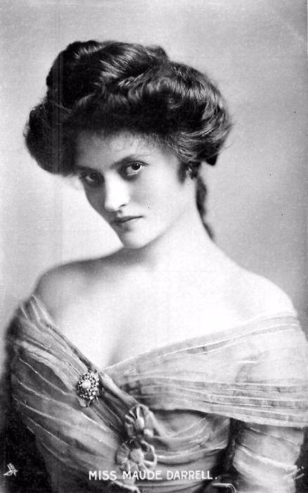 Английская актриса экзотической красоты, исполнительница  водевилей.