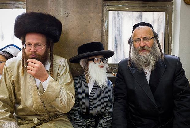 Ультраортодоксальный еврей-хасид в кафтане и лисьей шапке-штреймле (слева)