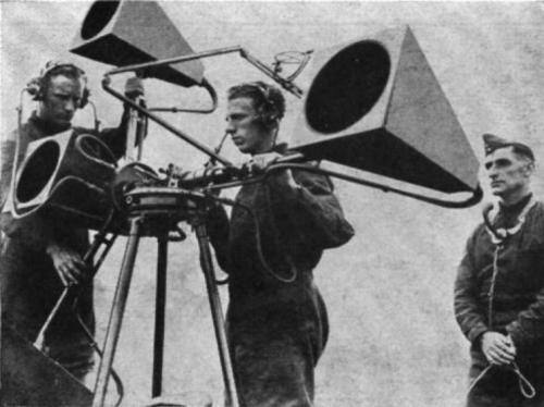 Вскоре, после изобретения самолетов, армии по всему миру изобрели методы определения звука двигателей приближающихся с горизонта