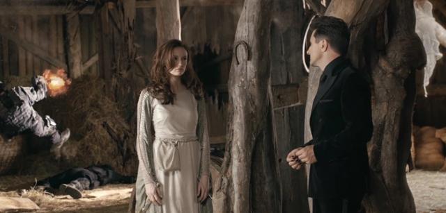 Сбежавшая из ада Баба Яга общается с чёртом в польской короткометражке цикла «Легенды Польши». Баба Яга в центре