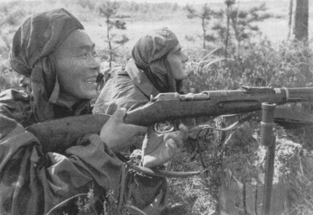 Лучшие снайперы – С. Номоконов и Б. Канотов, 1942   Фото: liveinternet.ru