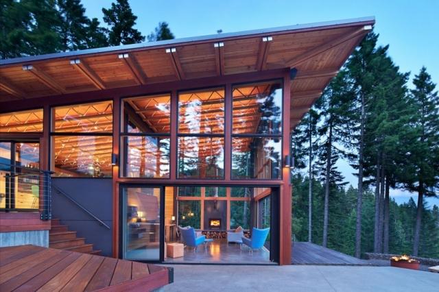 Фасад дома в горах у озера от Johnston Architects