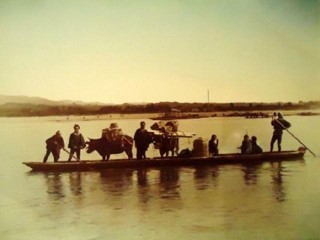 В летний период доставка людей, животных и грузов производится через реку.