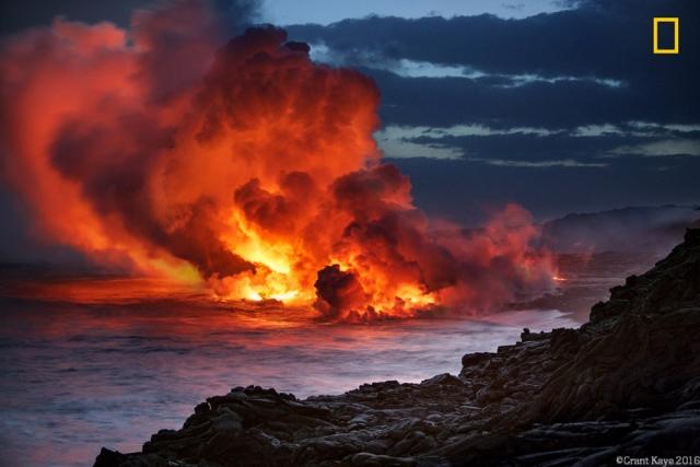 Лава впадает в океан на закате, Гавайи