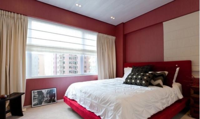 Очень оригинальное и яркое сочетание бардового и бежевого цветов в спальной комнате.