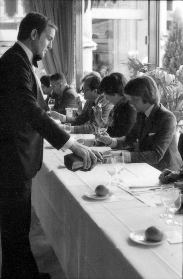 """На фото справа за столом - Стивен Спурье на слепой дегустации """"Парижский суд"""" в 1976 году. Источник: washingtonpost.com"""