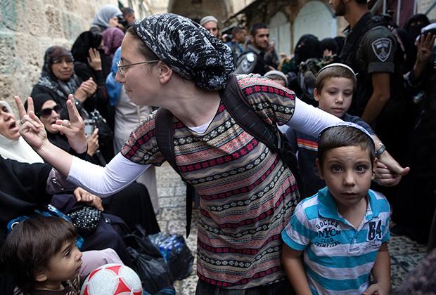 Израильские религиозные евреи-сионисты — кипа сруга («вязаные кипы») одеваются в обычную одежду, но мужчины и мальчики носят талит и вязаную кипу, замужние женщины — платки и длинные юбки