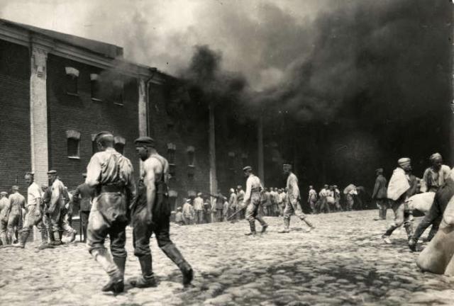 Немцы выносящие мешки с зерном из горящих складов. Брест-Литовск, 1915 год.