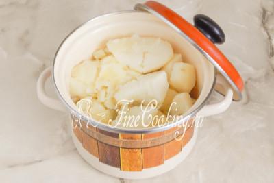Шаг 10. Картофель готов - сливаем отвар
