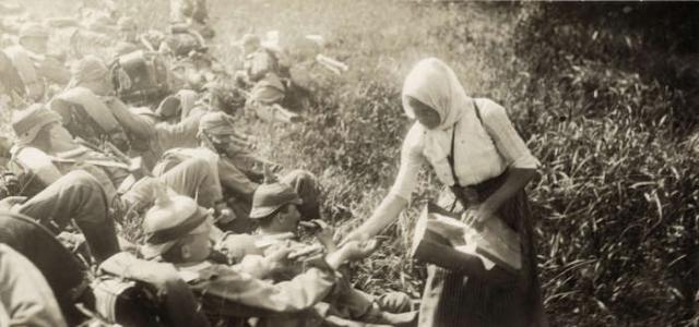 Фермерша из Восточной Пруссии кормит немецких солдат на Восточном фронте в 1914 году.