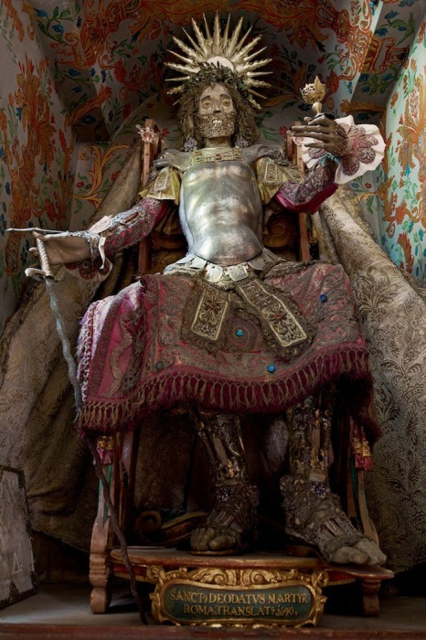 Скелет Святого Деодата, привезенный из римских катакомб и украшенный в швейцарской церкви.