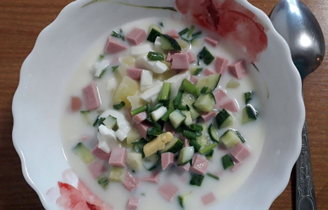 Белый суп или окрошка на сметане.