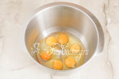 Вначале моем куриные яйца и насухо вытираем их полотенцем или салфетками