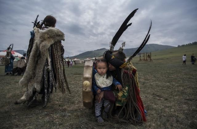 Традиционный костюм шамана – это его «второе тело» и некая защитная броня, охраняющая от опасностей, таящихся в мире духов.