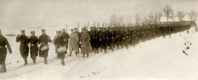 Длинная колонна немецких солдат маршируют по заснеженной равнине. Россия, 1914 год.