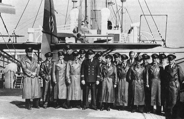 Альфред Ритшер (в центре) и его команда отправляются в Антарктиду на авианосце «Швабия». 1938 г.