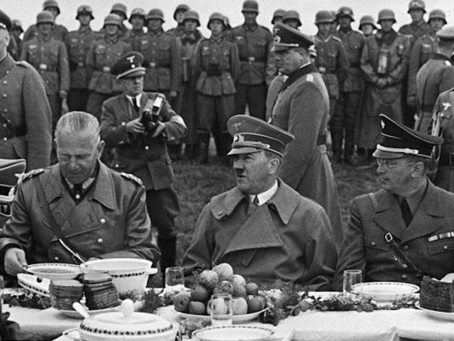 Адольф Гитлер и его офицеры сидят за столом со свежими фруктами и овощами. | Фото: businessinsider.com.
