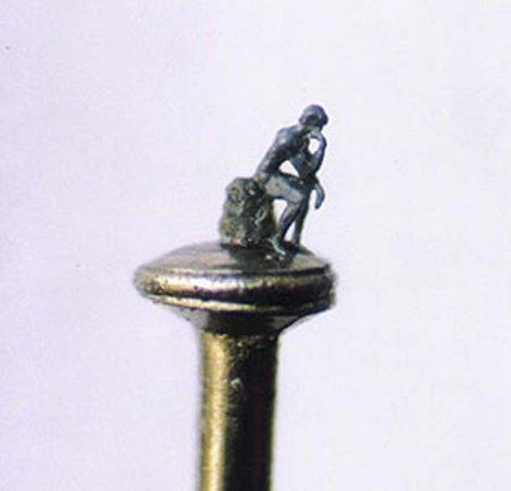 Скульптуры, помещающиеся в ушке иголки (16 фото)