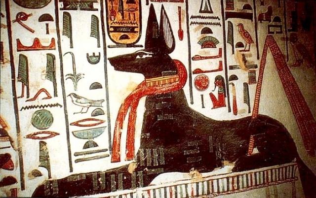 Бог загробного мира Анубис с собачьей головой.