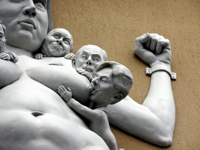 Верхний план скульптуры «Борьба за Европу»
