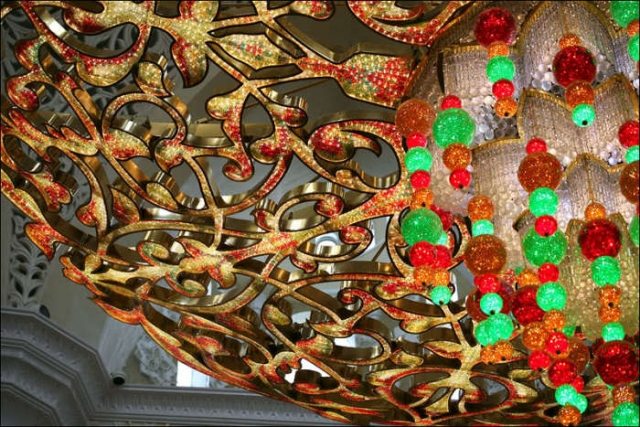 Узор главной люстры мечети. / Фото: www.ofir-tours.com.ua