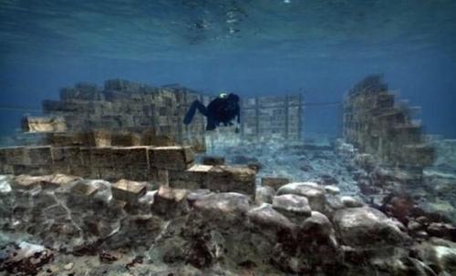 Павлопетри, ГрецияПавлопетри стал самым первым подводным городом, который был обнаружен археологами. Дворцы, гробницы и другие строения остались почти в том же виде, как и тысячи лет назад. Месторасположение города впервые было нанесено на карту в 2009 году. Археологи с удивлением обнаружили, что город занимает более 30 000 квадратных метров. Предположительно, город ушел под воду в 1000 году до н. э. в результате землетрясения.