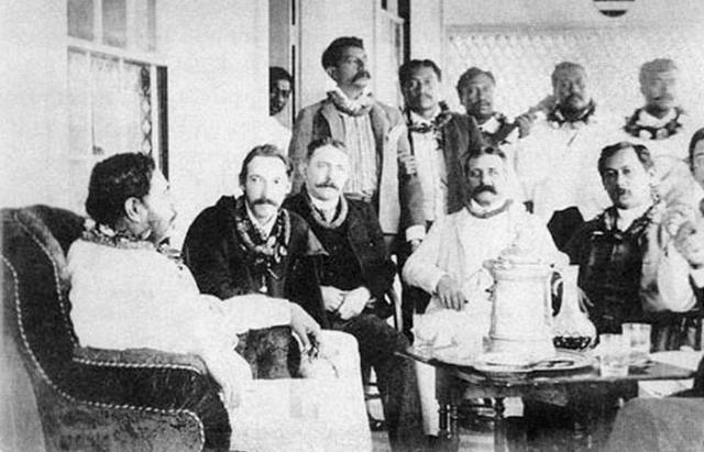 Король Калакауа, шотландский писатель Роберт Льюис Стивенсон и «Поющие мальчики», личный хор Калакауа, примерно 1889 год.