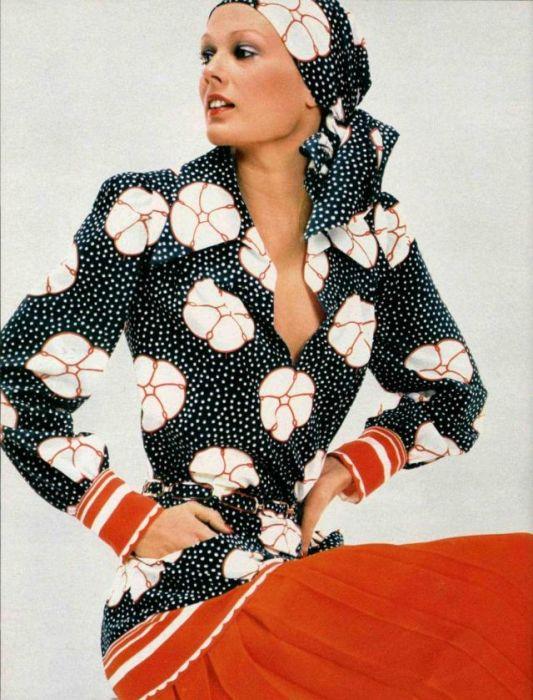 Незаменимым элементом гардероба любой девушки была блуза с длинным воротничком и рукавами, которые заканчивались манжетами.
