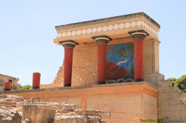 Руины критского дворца минойской эпохи. Идею колонн критяне подсмотрел у египтян, с которыми состояли в торговых и дипломатических отношениях.