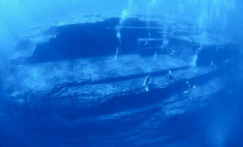 Комплекс Йонагуни, ЯпонияВблизи острова Йонагуни в 1985 году под толщей воды был обнаружен загадочный объект — гигантский монумент с многочисленными террасами. Подводная пирамида располагается на глубине 25 метров. Предположительно, возраст монумента составляет больше 5000 лет. Кто его построил и при каких обстоятельствах он оказался под водой для ученых пока остается загадкой.