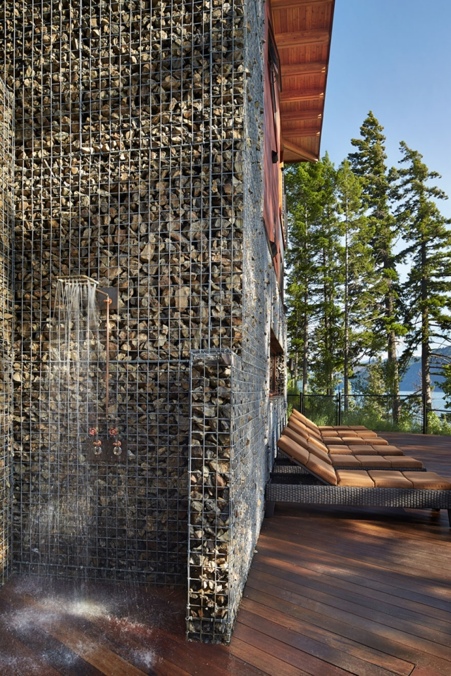 Фасад дома в горах из камней, заключённых в металлическую сеть