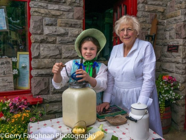 Миссис Элла Гэннон из Драмсны и ее внучка Эмили делают домашнее масло. \ Фото: @gerryfaughnan