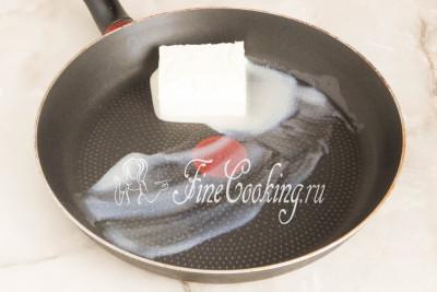 Шаг 8. Следом кладем в сковороду сливочное масло и даем ему растаять на медленном огне (я прикрываю сковороду крышкой)