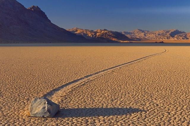 Камни умеют ходить? Камни тоже путешествуют. Причем самостоятельно. Долина движущихся камней ...