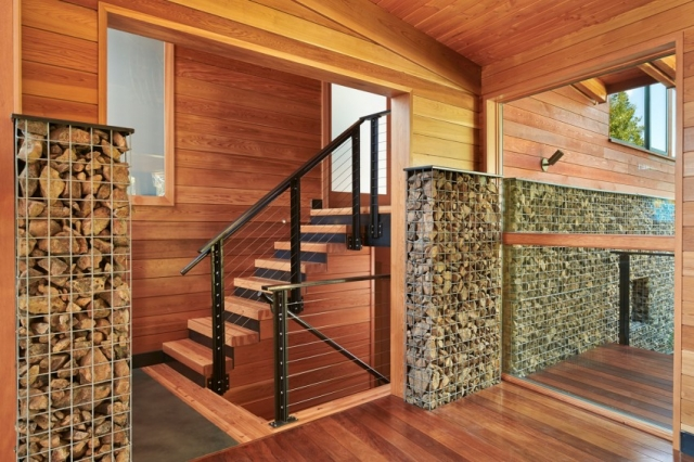 Дом в горах у озера от Johnston Architects - лестница с металлическими перилами