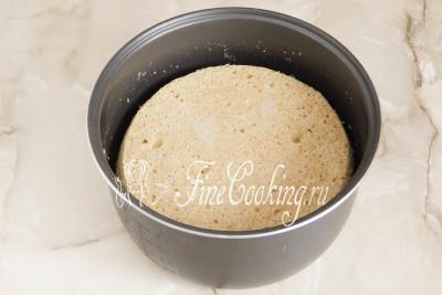 Даем готовому бисквиту минут 5-7 постоять в чаше - за это время он отойдет от стенок и слегка осядет