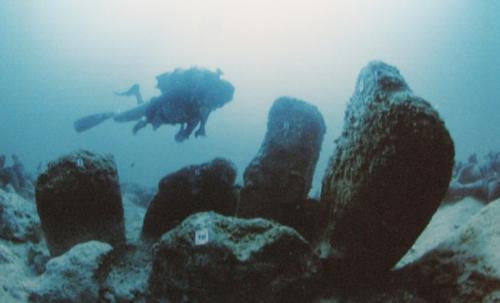 Атлит-Ям, ИзраильЭто одно из старейших и крупнейших среди когда-либо обнаруженных затонувших поселений. Предполагаемый возраст существования города — 7000 лет до н. э. Останки руин сохранились так хорошо, что среди строений все еще можно найти скелеты людей. Город был обнаружен в 1984 году. Каким образом город ушел под воду для ученых до сих пор остается загадкой. Исследователи выдвигают множество теорий: от цунами до постепенного повышения уровня океана из-за таяния ледников.