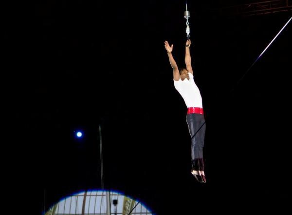 Воздушный гимнаст Каро-Кристофер Казунг под куполом цирка. Фото: Tuxboard.com
