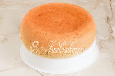 С помощью вставки для приготовления еды на пару вынимаем готовый овсяный бисквит и даем ему полностью остыть
