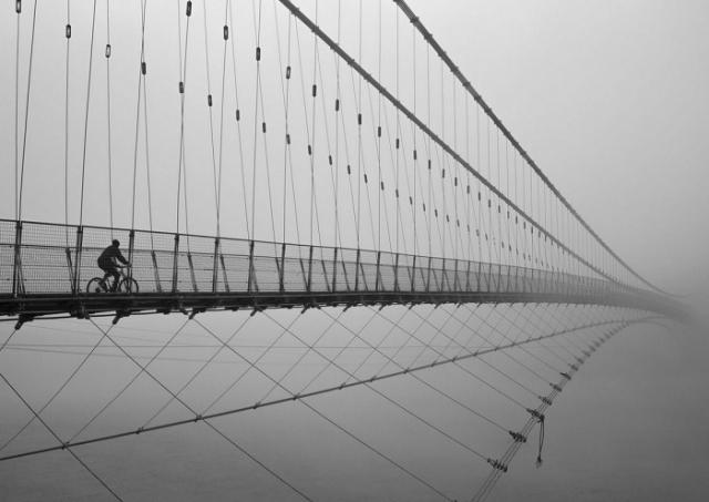 Велосипедист, движущийся к небу Уттаракханд, Индия. Автор фотографии: Триканш Шарма (Trikansh Sharma).