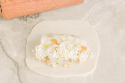 Шаг 17. Кладем в центр неполную столовую ложку картофельной начинки, которая уже успела остыть до чуть теплого состояния