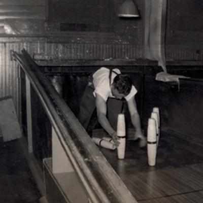 Как правило для этой работы нанимались маленькие мальчики. Ребят, устанавливающих кегли в боулинге, заменили автоматы.