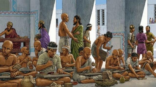 Перед тем, как ученикам разрешали писать на папирусе, они много тренировались на дощечках и черепках./Фото: i.ytimg.com