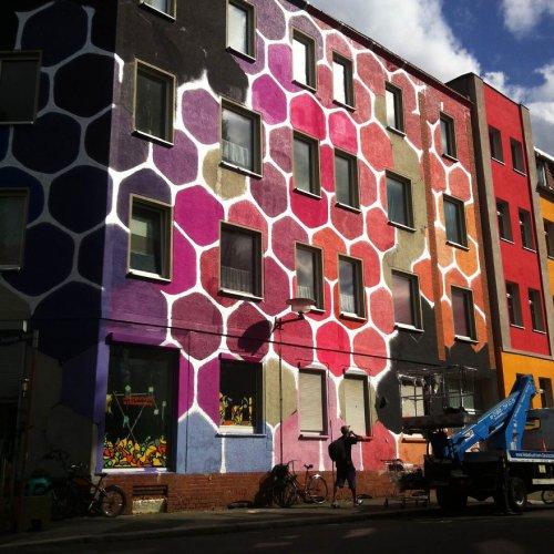 Результат пошуку зображень за запитом Обычное серое здание превратили в яркие медовые соты - фото