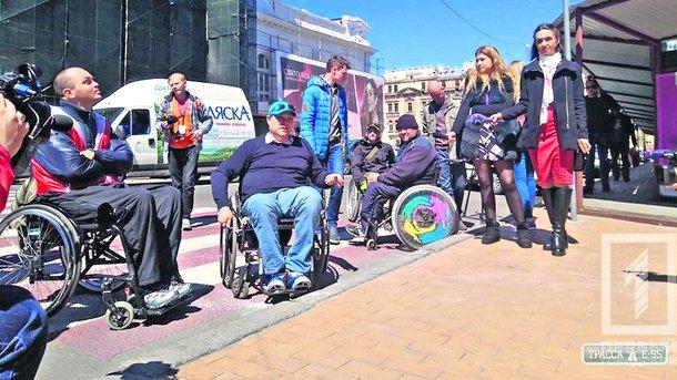 "<p style=""text-align: justify;"">Зручна прогулянка. Для людей з обмеженими можливостями проводять екскурсії по центру Одеси. Фото: trassae95.com</p>"