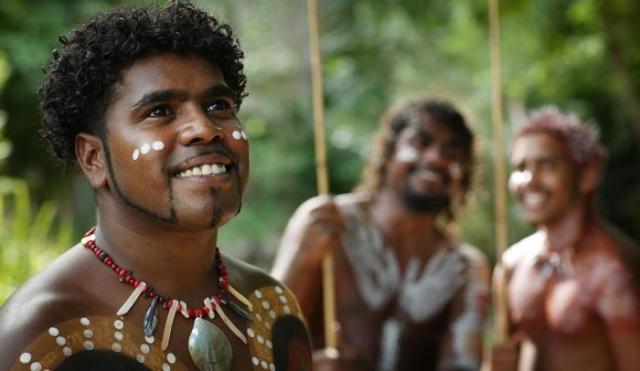 Аборигены Австралии до сих пор хранят привычный уклад предков. /Фото: tjapukai.com.au