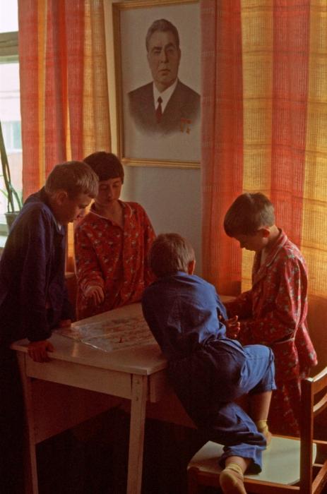 Дети, играющие в игровой комнате. СССР, Харьков, 1977 год.
