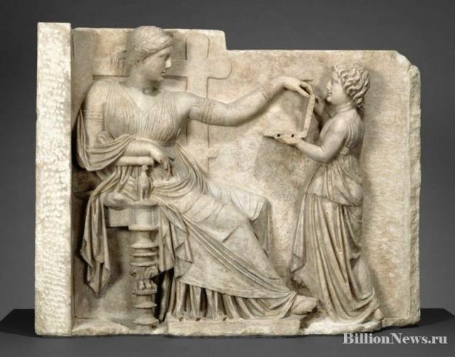 Древняя статуя с ноутбуклм